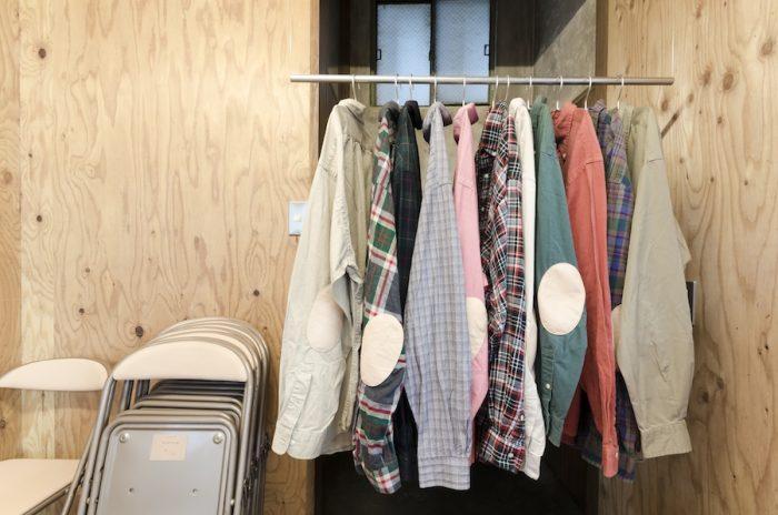 古着のシャツのひじ部分にレザーをあしらったアイテムも。パイプ椅子は塩化ビニールを革に変えて生まれ変わった。ピッグレザー、馬のレザーの2種類がある。