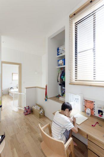 2階の子ども部屋での朔雲(さくも)君。左奥に寝室が見える。