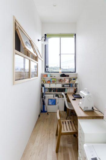 子ども部屋の隣につくられたライブラリーコーナー。細長いスペースの先につくられた開口からすっと視線が外へと抜ける。