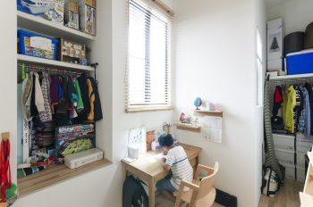 子ども部屋に置かれた机で勉強する朔雲君。
