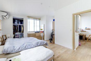 2階の寝室。右に子ども部屋が見える。