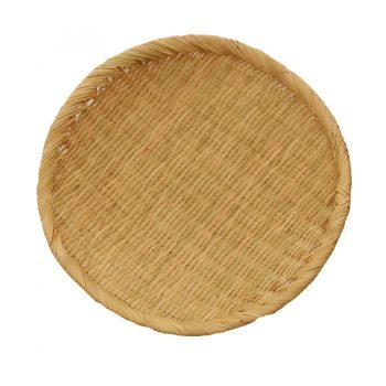 岩手県の山野に自生する鈴竹を使用したそばざる。材料を丁寧に整えて、内側と外側の両方を見せて編み上げる合わせ編みという伝統技でつくられたもの。