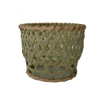 編み目が大きく底上げされているので、水切りがよい。洗い終わった茶碗を乾かすかごとして、昔から使われてきたもの。