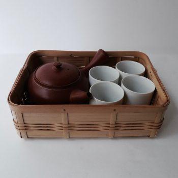 お茶の道具を入れてテーブルへ。