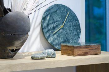 大理石の時計と小物入れはデンマークのブランド「MENU」と「Nordstjerne」。大自然に着想を得て、大理石のみで作られたキャニスターなどを展開。