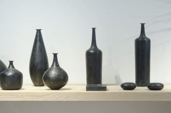 安齋賢太さんの陶胎漆器の作品。石のような質感だが、持つととても軽い。