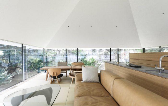 2階のLDKのスペース。外の8本の柱は、屋根だけを支えていることが分かるように開口のフレームとはわざとずらしている。