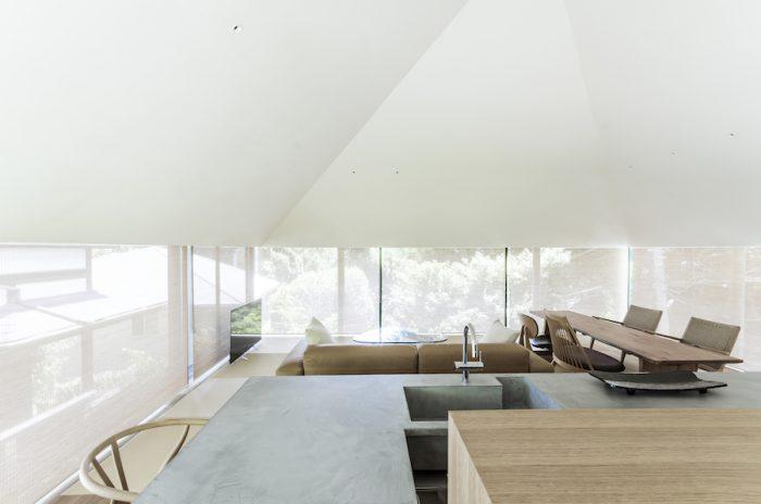 ロールスダレを下げると一気に和の雰囲気に。屋根に換気扇が仕込んであり、夏はロールスダレを収めた場所から暖められた空気を外へと逃がし、冬は逆に屋根で暖められた空気が噴き出す仕掛けになっている。