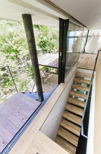 窓を開けると、キッチンの脇から1階のテラスへと降りることができる。