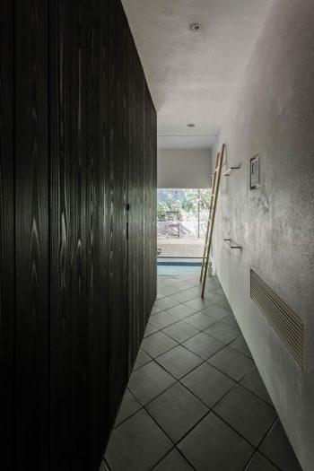 ベッドの置かれた空間から見る。左の壁には戸が仕込まれていて、ウォークスルークローゼットを通って玄関側へと抜けられる。