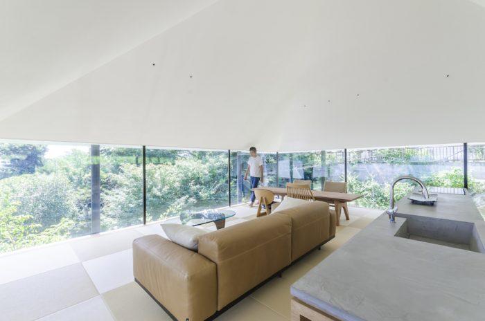 天井の下端部分をちょうど自身の目の高さ当たりに設定している。この高さだと、目線の高さに屋根が見えて包まれた安心感がある一方、座ると水平に抜ける開放感を味わうことができる。