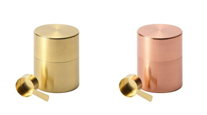 左から真鍮 珈琲ミル缶(スプーン付) φ920 H114mm ¥16,000 銅 珈琲ミル缶(スプーン付) φ920 H114mm ¥16,000 ともに開化堂