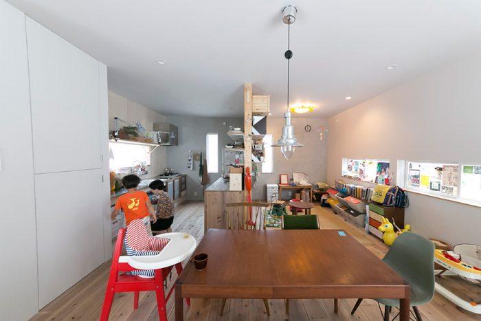 キッチンとリビングスペースは、壁を挟んでゆるやかにつながっている。