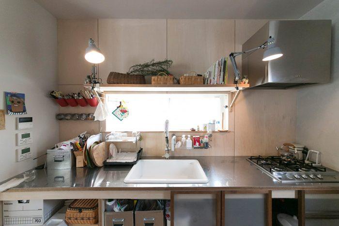 「キッチンの照明にZライトっておもしろいですよね。スタイリストの石井佳苗さんのディレクションです」
