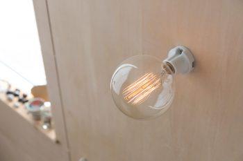 階段の踊り場の照明には、フィラメントの光が美しいエジソンランプをチョイス。