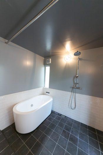 グレイッシュなトーンでまとめられた大人っぽいバスルーム。裏庭から直接アクセスできる。