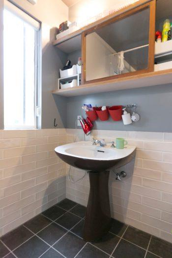 TOTOのアンティークの洗面台。戸棚の鏡は古い建具を利用したもの。