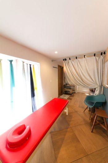 麻梨子さんは1階で『葉山 カイロプラクティック SUN』(http://hayama-sun.com/ )を開院。骨盤矯正・内臓下垂矯正をメインとした女性専門のカイロだ