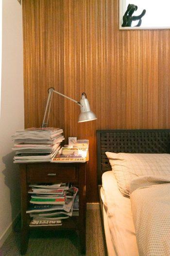 ベッドルームは一面に木を取り入れあたたかみをプラス。サイドにはメープル材のテーブルを置いた。