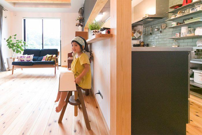ワンフロアの明るいリビングダイニング。キッチンからも子供の様子が伺える。スギの無垢材の床が気持ちよい。