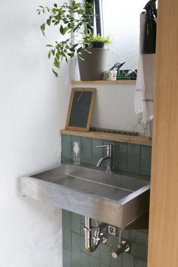 玄関を入ってすぐのところに洗面を設置。タイルは和泉さんがDIYで貼付けた。