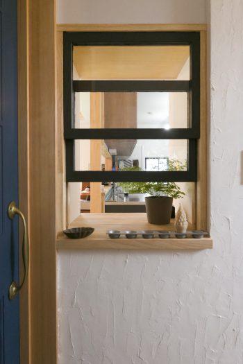 リビングのドアの手前に小窓を取り付けた。枠にはアイアン塗装をDIY。