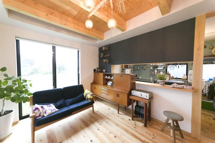 黒板塗装のキッチンカウンターが癒し系カフェのムード。