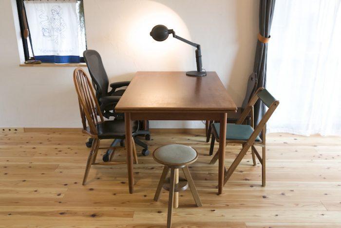 デンマーク製のテーブルはエクステンションが可能。椅子は古いテイストのものが好き。座り心地のよいハーマンミラーのアーロンチェアもお気に入り。