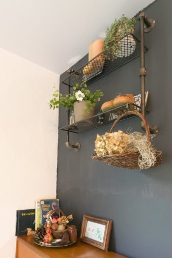 壁面には棚を取り付け、グリーンやドライフラワーでアレンジ。