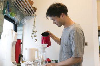 コーヒーを淹れる真市朗さん。豆も厳選。