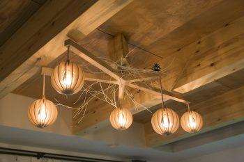 作家ものの照明が木を露にした天井にマッチ。