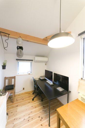 真市朗さんの書斎。天井勾配で空間の広さを確保。