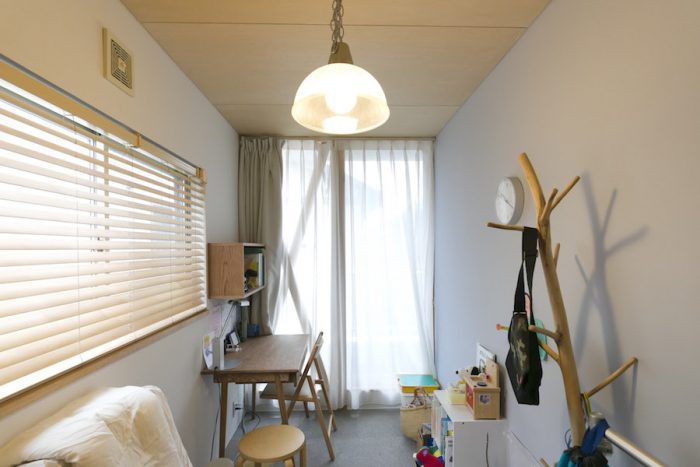 小2の長男君のお部屋。タモ材の机と棚はプロダクトデザイナー岡蔦要氏にオーダー。