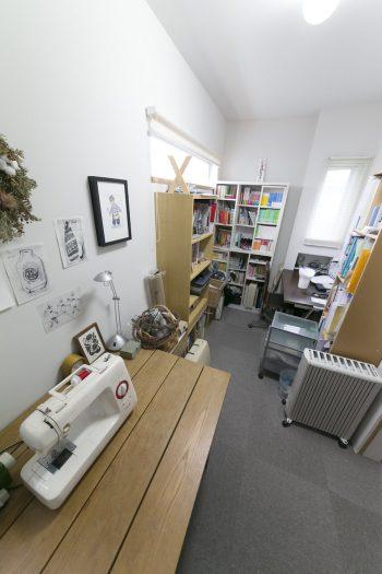 ご主人と英子さんの書斎。英子さんはここで裁縫やリース作りを行う。