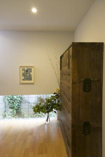 古い和箪笥が出迎える玄関。グリーン系の植物をあしらって。