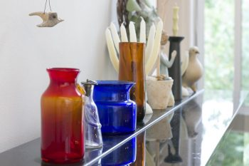 アップライトピアノの上は、スウェーデンのガラス作家、エリック・ホグランの素朴で繊細な作品が。