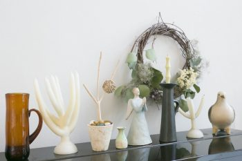 100%LIFEでも登場して頂いた白倉えみさんの陶芸がお気に入り。後ろは蔦を使った手作りリース。