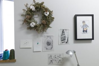手作りリースやお気に入りの絵を壁面に。