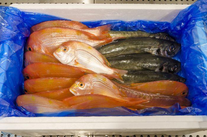 冷蔵ケースで一際目を引く、産直の新鮮な魚。この日はアジ、連子鯛が並んでいた。身が締まった新鮮な魚はシンプルに塩を振って焼くだけで充分。頬張った瞬間に、凝縮された旨味が口いっぱいに広がる。