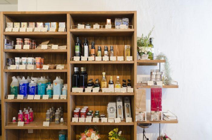 調味料と生活雑貨のコーナー。左の棚の上段に並ぶのは、オーガニック先進国オーストリアのハーブティブランド「ゾネントア」。バイオダイナミック農法で作られたハーブを使用した茶葉で、美しい絵柄のパッケージにもファンが多い。