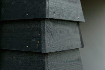 「南京下見板張り」という、下の板に上の板を少しずつ重ねて張る手法で仕上げた外壁。真鍮の釘を用い、細部のディティールにもこだわった。