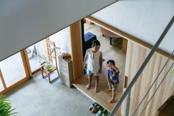 階段上から土間を見下ろす。こちらは子世帯スペースの入口。颯夏ちゃんと和平くんは、しょっちゅう二世帯の間を行ったり来たりしているそう。