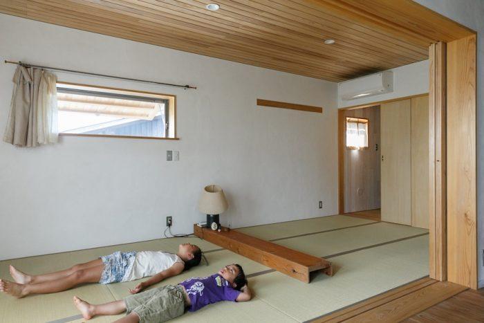 家族の寝室となっているのは、2階の和室。9畳のタタミをレンガのようにずらして敷いた。