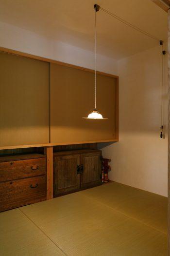 1階に設けた3畳の和室。天井高は低く抑え、茶室風のつくり。照明の高さを変えると雰囲気がガラリと変わるのが面白い。「ここで友人とお酒を飲むのが最高なんです」(正明さん)。