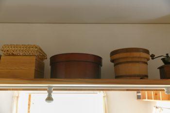 キッチンに並んだ愛用のお櫃やわっぱ。有子さんが得意なのは、野菜をふんだんに使ったからだを内側から元気にしてくれる料理。