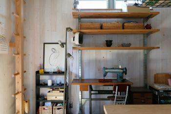 キッチンの奥に設けた有子さんの作業スペース。「家族が出かけたあと、ここで縫い物をする時間が好きです」(有子さん)。