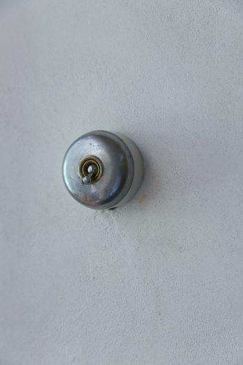 電気のスイッチもアンティーク。正明さんはアンティークのスイッチや取っ手などを常にストックしていて、施主の希望に応じて色々と提案してくれる。