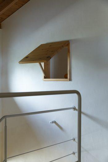 通風のために設けた室内の突き出し窓と、砂しっくいで仕上げた壁。「砂しっくいは本来は中塗りに使う材。表面に凹凸があるので、光がきらきらと反射するのがきれいなんです」(正明さん)。