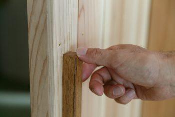 さわり心地を大切にする正明さんは、扉の取っ手にもこだわる。さきたまの家のすべての取っ手は、大工さん、建具屋さんと細部まで相談して仕上げた木工作品だ。