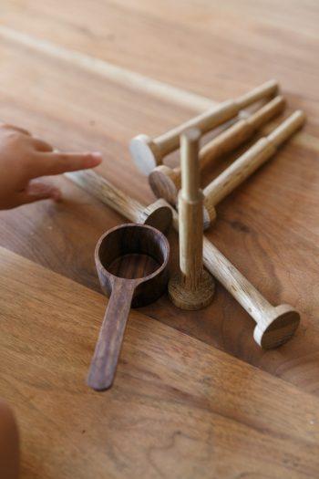 正明さんと「工房双葉」のコラボ作品。カーテンレールエンドキャップとコーヒーメジャー。これらの木工作品は2017年から販売開始予定(問い合わせは「かねこ建築製作所」まで)。